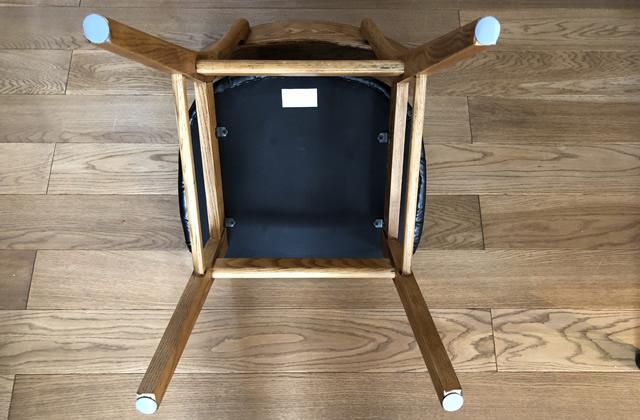 椅子を引きずってもフローリングの傷を防止する、ダイソーの「すべるキズ防止シール」